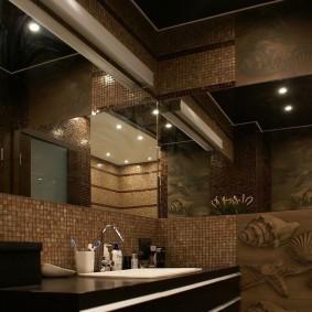 Темно-коричневый потолок ванной комнаты