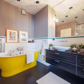 Желтая ванна на коричневом полу