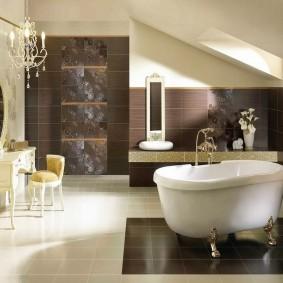 Просторная ванная в мансарде частного дома