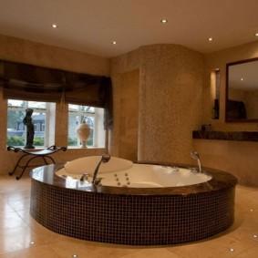 Встроенная ванна в коричневом подиуме