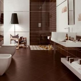Белая сантехника в ванной городской квартиры