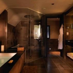 Коричневая ванная с душевой кабиной