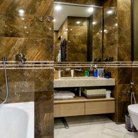 Глянцевые поверхности стен в ванной комнате