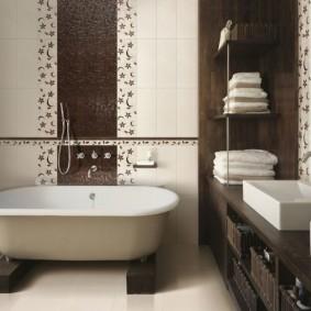 Вертикальные полосы на стене ванной комнаты