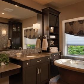 Большое зеркало в ванной комнате с окном