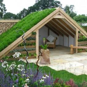 Летняя беседка с травой на двускатной крыше