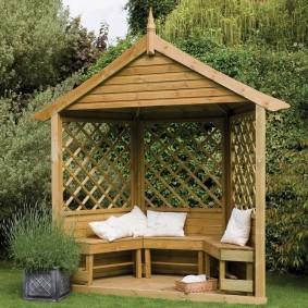 Мини-беседка с деревянной скамейкой
