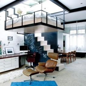 Подвесное спальное место под потолком квартиры