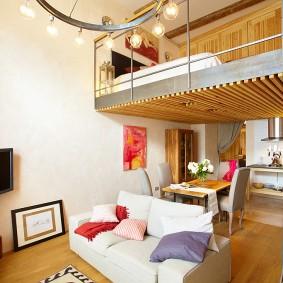 Декор рейками потолка в обеденной зоне квартиры