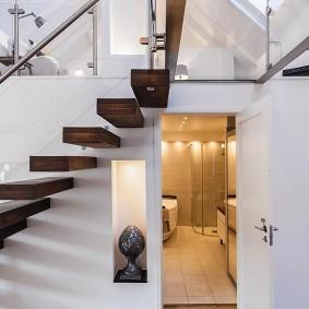 Подвесные ступени лестницы в двухъярусной квартире