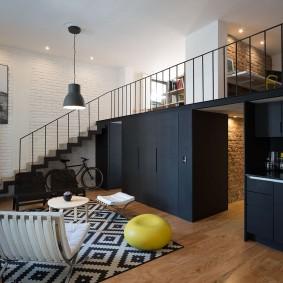 Черные шкафы для хранения одежды в двухэтажной квартире