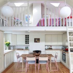 Кухонная зона в двухуровневой квартире