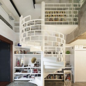 Винтовая лестница с оригинальными перилами