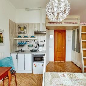 Обустройство спального места под потолком квартиры