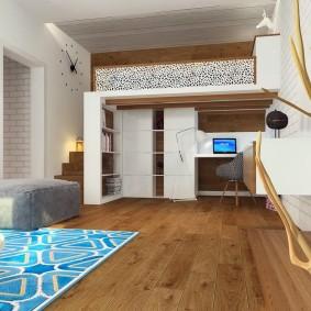 Деревянный пол в светлой квартире