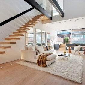 Консольная лестница с деревянными ступенями