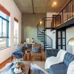 Узкая гостиная с винтовой лестницей