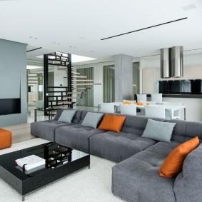 Угловой диван с обивкой серого цвета