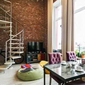 Металлическая лестница в комнате с кирпичной стеной