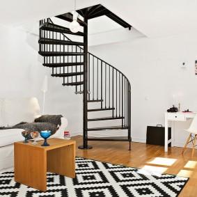 Винтовая лестница черного цвета
