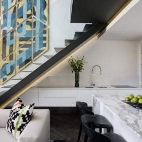 Рабочая зона кухни под маршем лестницы