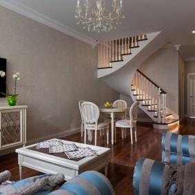 Гостиная-столовая с лестницей на второй этаж