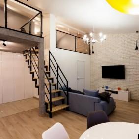 Зона отдыха в гостиной двухэтажной квартиры