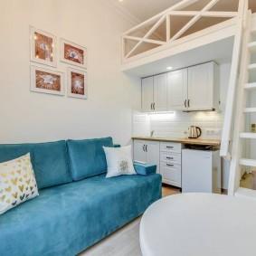 Удобный диван с тканевой обивкой