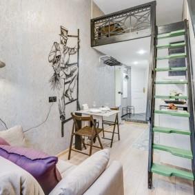 Узкая квартира со спальным ложем на втором ярусе