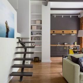 Узкая лестница вдоль белой стены