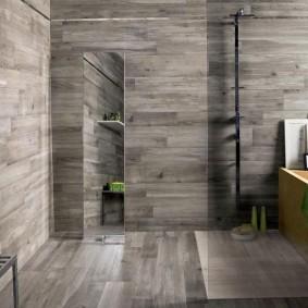 Отделка ванной серыми ламинированными панелями