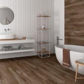 Белая сантехника в ванной с ламинатом