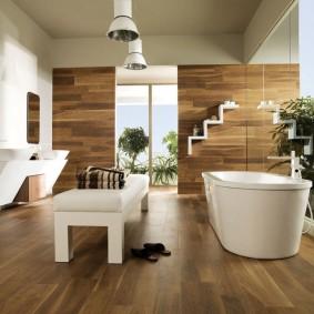 Большая ванная комната с белой сантехникой
