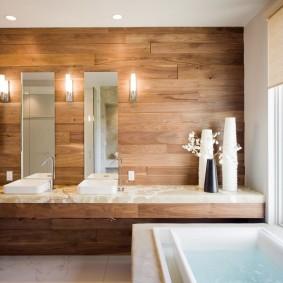 Настенные светильники около зеркала в ванной