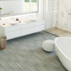 Серый пол в светлой ванной комнате