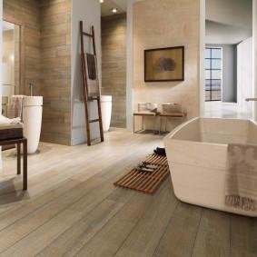 Деревянная решетка перед акриловой ванной