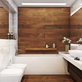 Маленькая ванная комната с ламинатом на стене