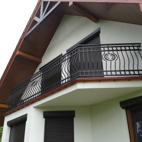 Открытый балкон под кровлей дома с мансардой