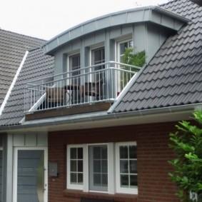 Встроенный балкон в крыше загородного дома