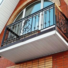 Подвесной балкон с металлическими перилами