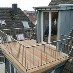 Небольшой балкон с тонкими перилами