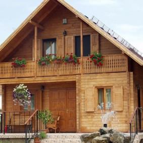 Деревянный дом с балконом под крышей