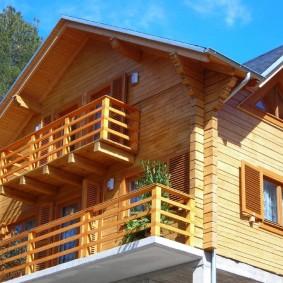 Деревянные балконе на фасаде частного дома