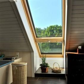 Узкое окно в потолке мансардной комнаты