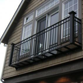 Узкий балкон на фасаде каркасного дома