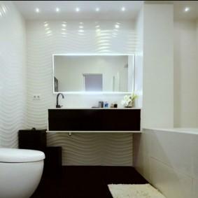 Точечные светильники на потолке ванной комнаты