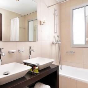 Ванная в стиле минимализма с двумя раковинами