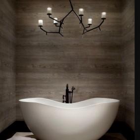 Оригинальный светильник над акриловой ванной