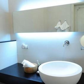Скрытая подсветка за зеркальным шкафчиком