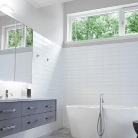 Узкое окно под потолком в ванной